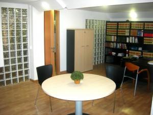 Despacho abogado Sabadell mesa de juntas con mas libros